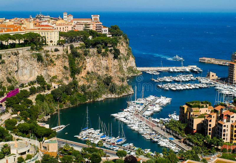 Vista sul porticciolo con gli yacht e le barche a Monte Carlo, Monaco immagine stock