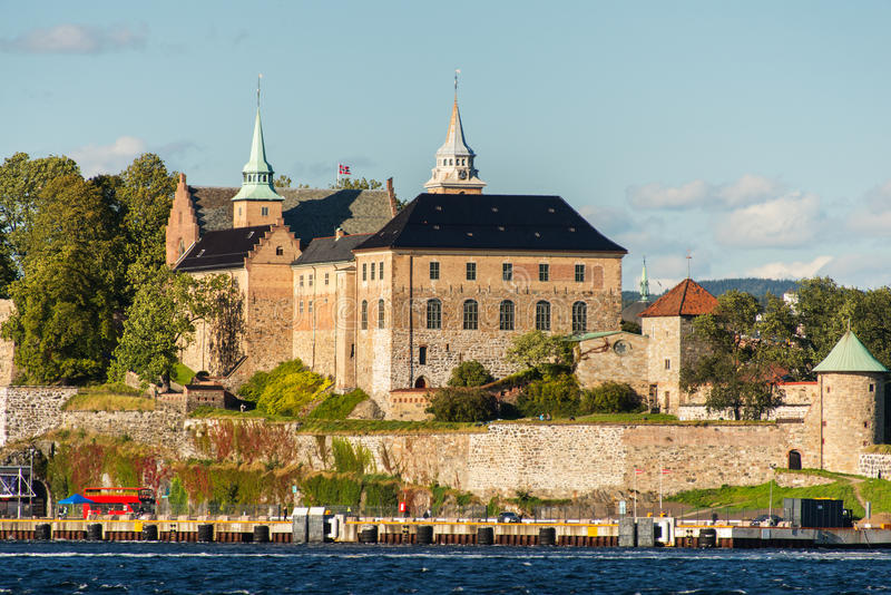 Vista sul porto del fiordo di Oslo e sulla fortezza di Akershus immagini stock libere da diritti