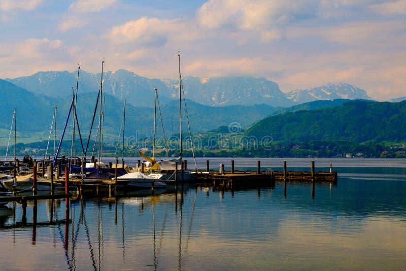 Vista sul porto in Gmunden e montagne immagine stock