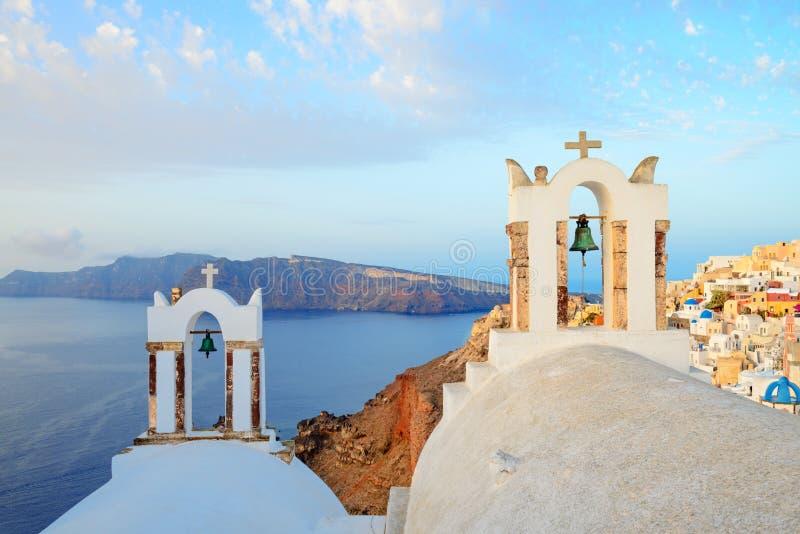 Vista sul villaggio di OIA sull'isola di Santorini sopra i campanili della chiesa fotografie stock libere da diritti