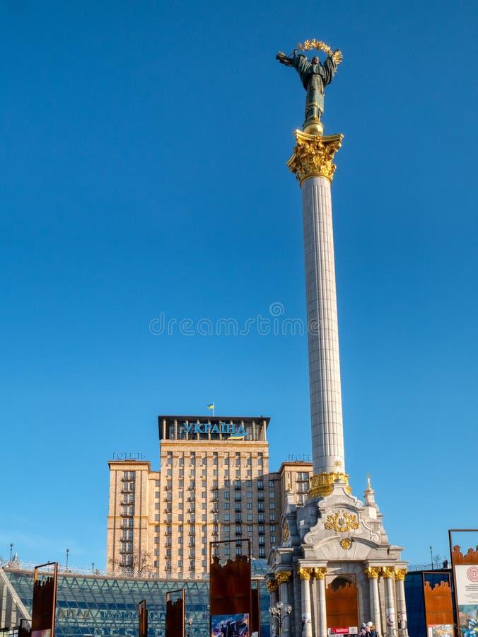 Vista sull'hotel Ucraina e sul monumento di indipendenza situata sul quadrato principale di indipendenza della capitale Kiev fotografie stock libere da diritti