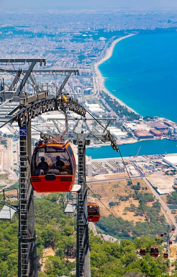 Vista sulla cabina di funivia con le cabine di funivia arancio e su Adalia in Turchia immagini stock