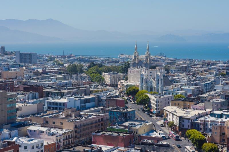 Vista sulla chiesa del nord della spiaggia e di St Peter e di Paul dalla via lombarda San Francisco, California, U fotografie stock