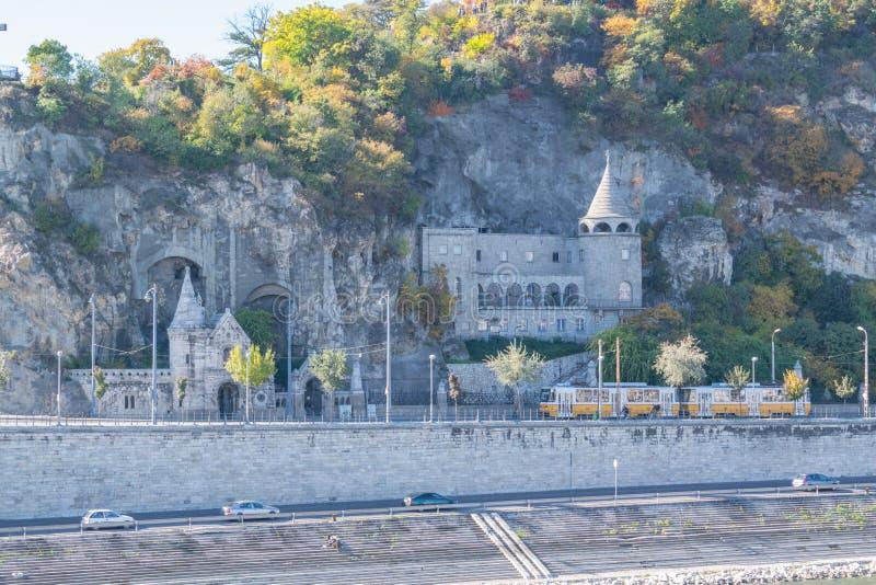 Vista sulla chiesa della caverna in acros di Budapest il fiume di Denube fotografia stock