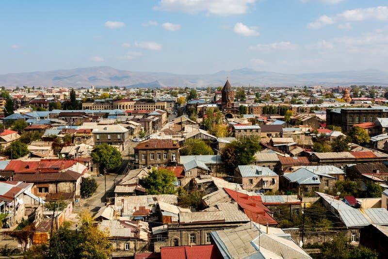 Vista sulla città di Gyumri, Armenia con la cupola della chiesa contro il contesto delle montagne fotografia stock