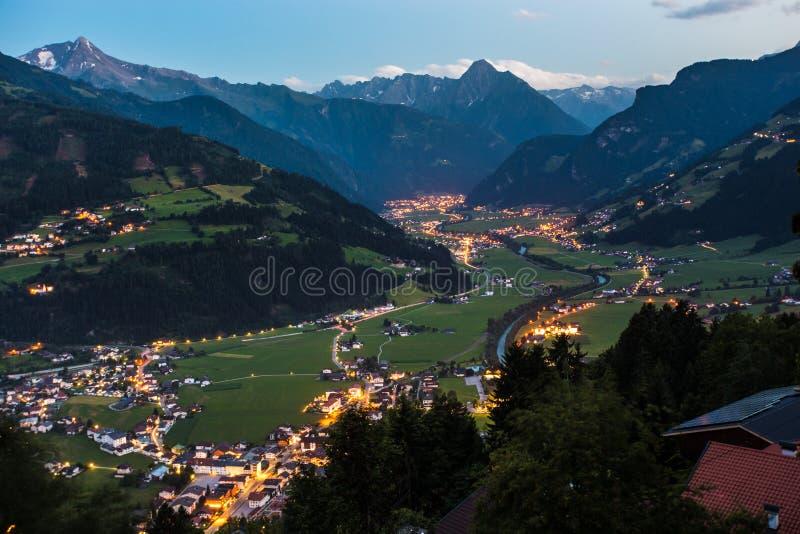 Vista sulla città e sulle alpi di Zell Ziller alla notte fotografia stock