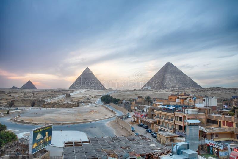 Vista sulla città e sulle grandi piramidi nella sera fotografia stock libera da diritti