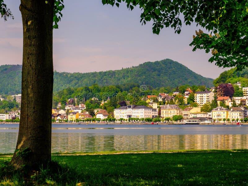 Vista sulla città sotto l'albero, Austria di Gmunden fotografie stock