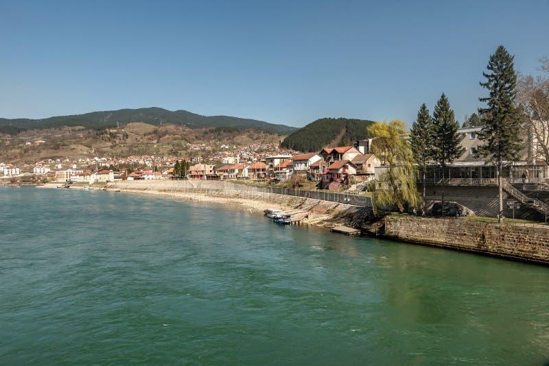 Vista sulla costa del fiume di Drina e della città di Visegrad, Bosnia-Erzegovina fotografie stock