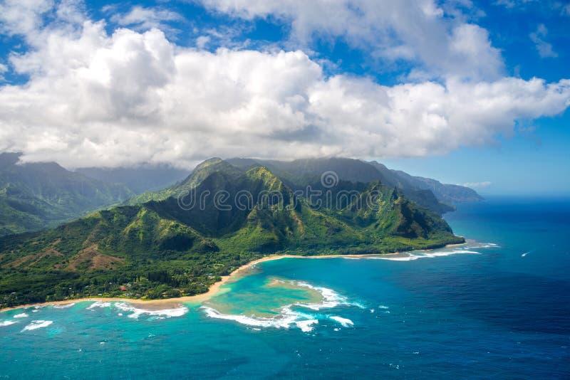 Vista sulla costa del Na Pali sull'isola di Kauai sulle Hawai dall'elicottero immagine stock libera da diritti