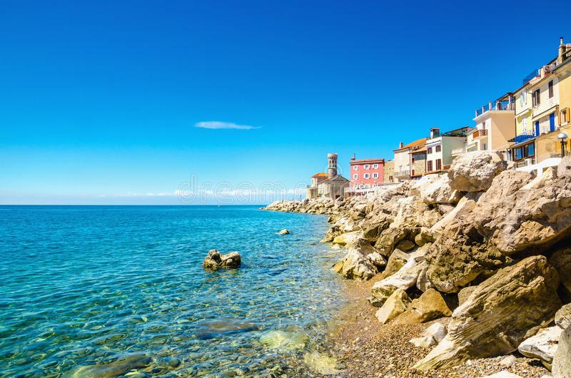 Vista sulla costa di Piran, golfo di Piran sul mare adriatico, Slovenia fotografia stock libera da diritti