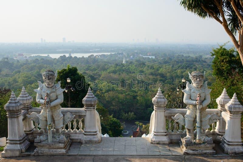 Vista sulla foresta e sulle tempie di Wat Yansangwararam e sulla città di Pattaya sull'orizzonte fotografie stock