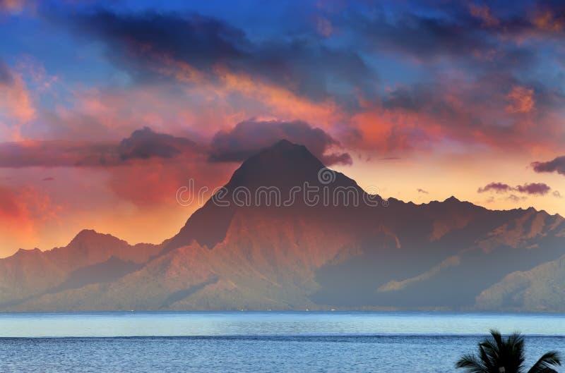 Vista sulla montagna Orohena al tramonto polynesia tahiti fotografia stock