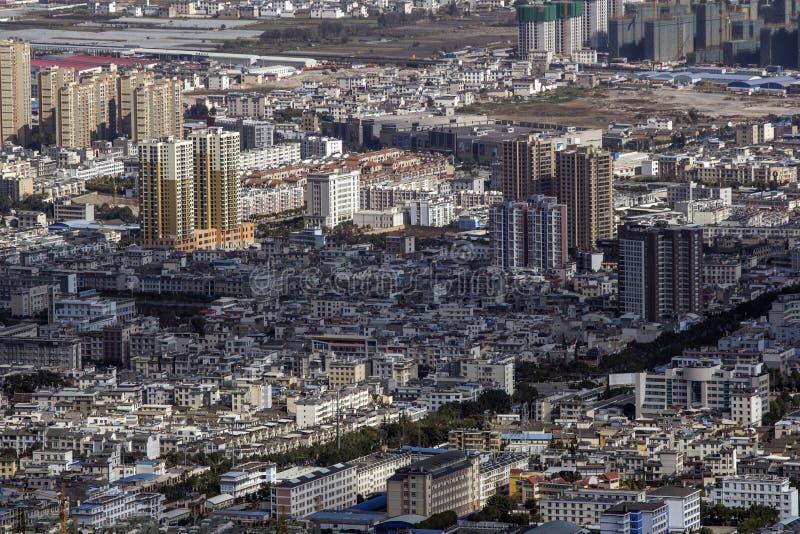 Vista sulla più piccola città cinese tipica con vecchia architettura di altezza ridotta fotografie stock