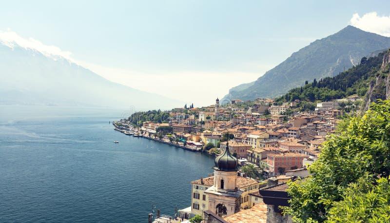 Vista sulla polizia del sul di Limone sulle montagne di polizia e delle alpi del lago in Italia fotografia stock libera da diritti