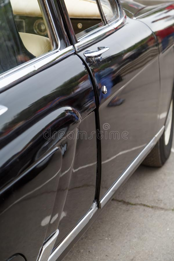 Vista sulla porta del passeggero di un'automobile d'annata del colore nero immagini stock