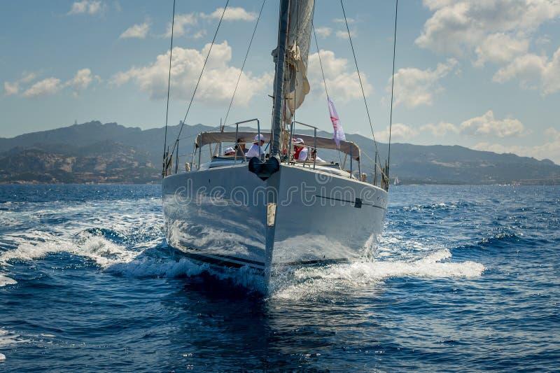 Vista sulla prua dell'yacht di navigazione che sta girando vicino ad Oporto Cervo, Sardegna fotografia stock libera da diritti