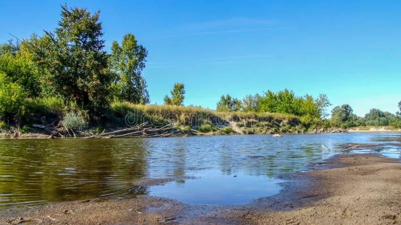 Vista sulla riva del fiume selvaggia della Vistola in Jozefow vicino a Varsavia in Polonia fotografia stock