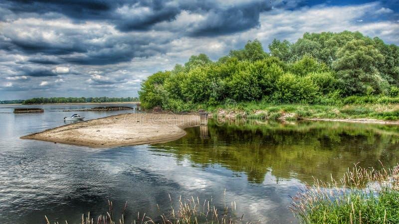 Vista sulla riva del fiume selvaggia della Vistola in Karczew vicino a Varsavia in Polonia immagini stock