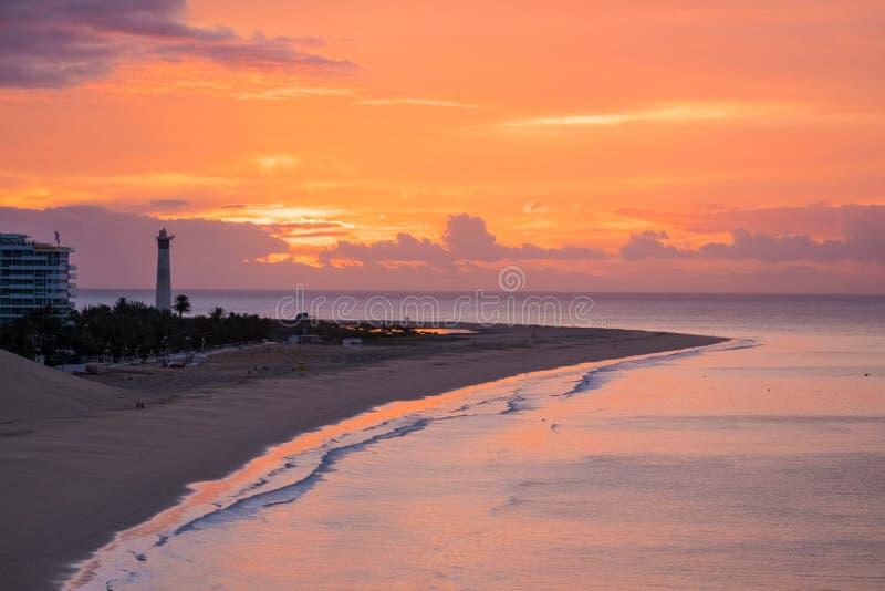 Vista sulla spiaggia Morro Jable su alba Fuerteventura, Isole Canarie fotografia stock