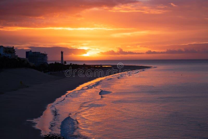 Vista sulla spiaggia Morro Jable su alba Fuerteventura, Isole Canarie fotografie stock libere da diritti