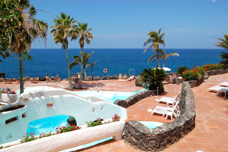 Vista sulla spiaggia, sulle palme e sulla piscina immagini stock libere da diritti