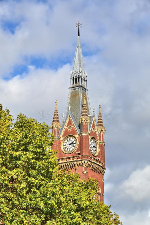 Vista sulla torre dell'orologio del St. Pancras Renaissance London Hotel immagini stock