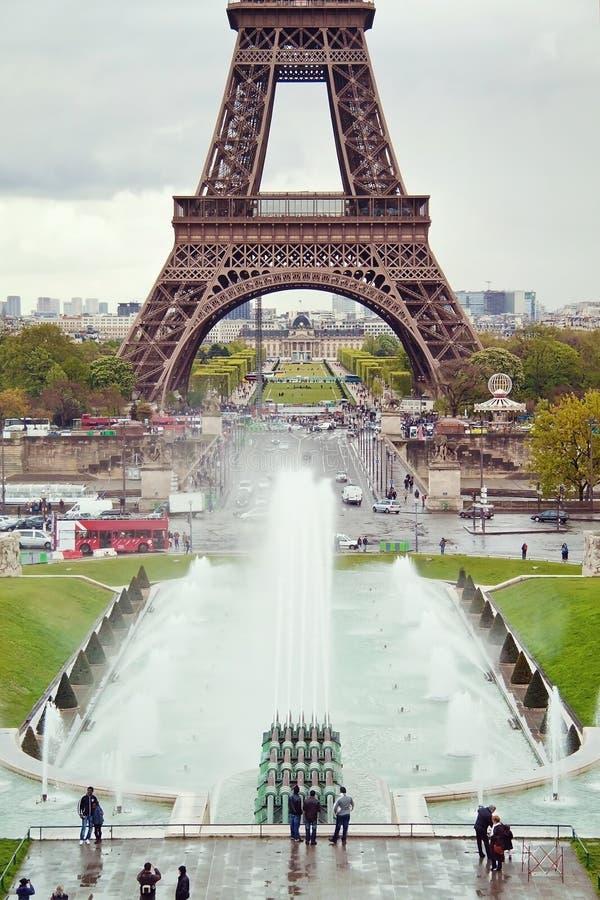 Vista sulla torre Eiffel e sulle fontane funzionanti di Trocadero immagini stock libere da diritti