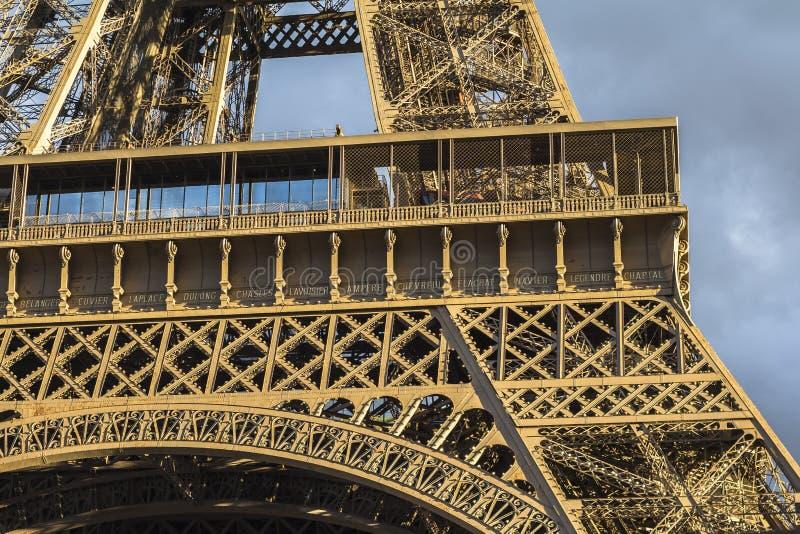 Vista sulla torre Eiffel, sulle nuvole scure e sul sole, Parigi fotografia stock