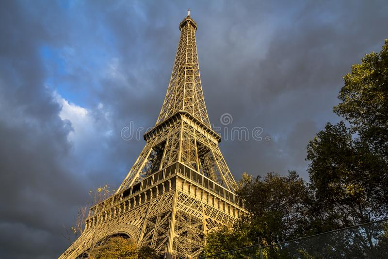 Vista sulla torre Eiffel, sulle nuvole scure e sul sole, Parigi immagine stock libera da diritti