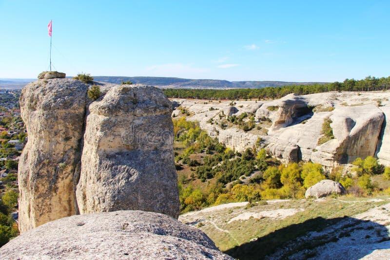 Vista sulla valle dalla cima di roccia immagini stock