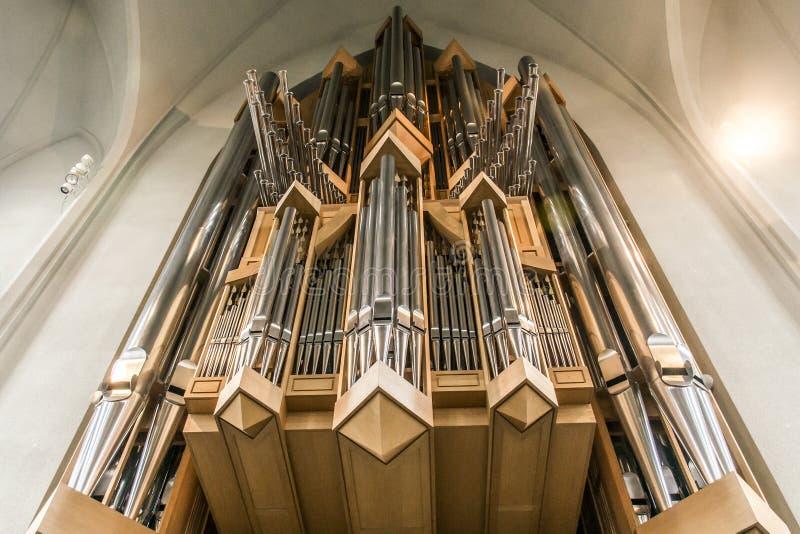 Vista sulle canne d'organo in chiesa famosa Hallgrimskirkja Reykjavik Islanda fotografie stock libere da diritti