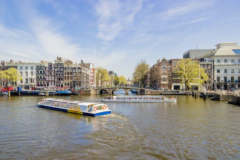 Vista sulle case galleggianti, Amsterdam, Paesi Bassi fotografia stock libera da diritti