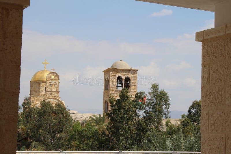 Vista sulle chiese cristiane ortodosse vicino al confine, Jordan River, Gerico immagini stock