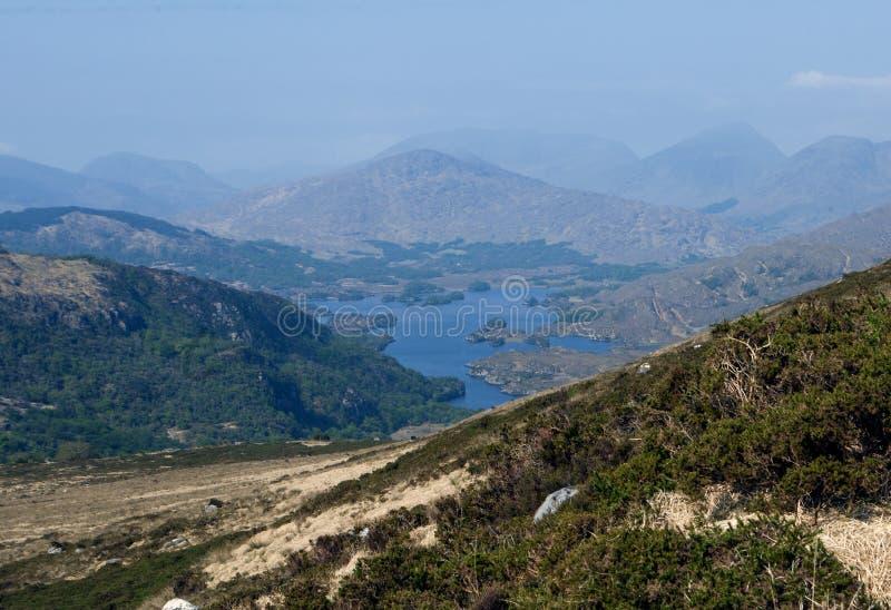 Vista sulle colline su una mattina soleggiata della molla nell'anello di Kerry in Irlanda fotografia stock libera da diritti