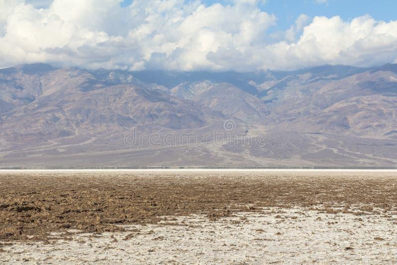 Vista sulle montagne al bacino di Badwater, Death Valley fotografie stock