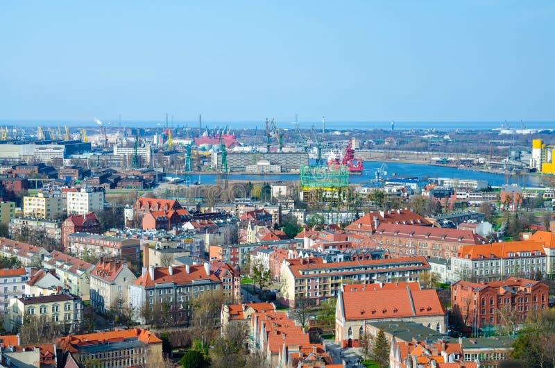Vista superior aérea da cidade de Gdansk, dos guindastes portuários, das plantas, das construções da plataforma da vista da cated fotografia de stock