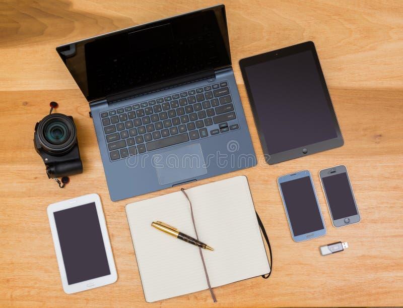 Vista superior aérea da mesa de madeira com engrenagem de computação foto de stock royalty free