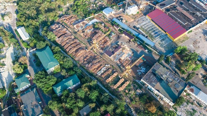 Vista superior aérea da zona do parque industrial de cima de, das chaminés da fábrica e dos armazéns, distrito da indústria fotografia de stock