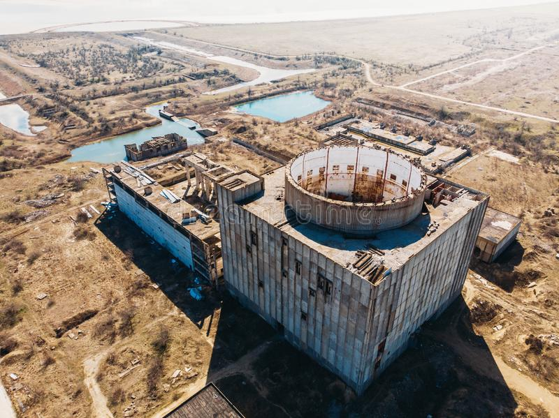 Vista superior aérea de la central nuclear abandonada y arruinada en Shelkino, Crimea Construcción industrial grande de URSS imagen de archivo libre de regalías
