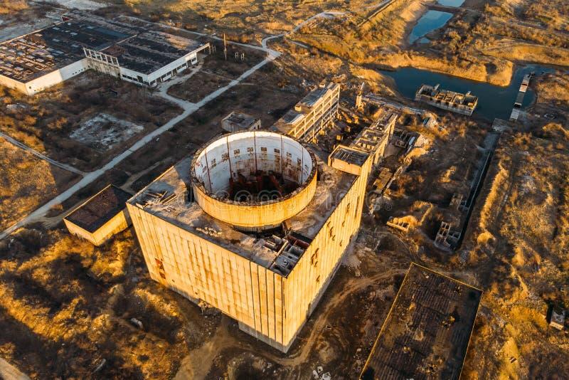 Vista superior aérea de la central nuclear abandonada y arruinada en Shelkino, Crimea Construcción industrial grande de URSS fotos de archivo