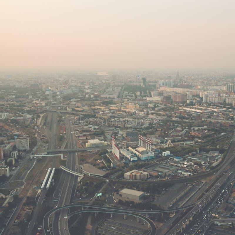Vista superior aérea de la ciudad de Moscú desde arriba, caminos con el tráfico de coche, panorama del paisaje urbano, edificios  imagen de archivo libre de regalías