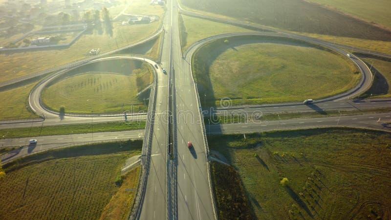 Vista superior aérea de la mañana del verano del empalme de la intersección de la carretera fotografía de archivo