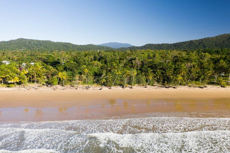 Vista superior aérea de la playa con la arena blanca, las palmeras hermosas y agua tropical de la turquesa caliente foto de archivo libre de regalías