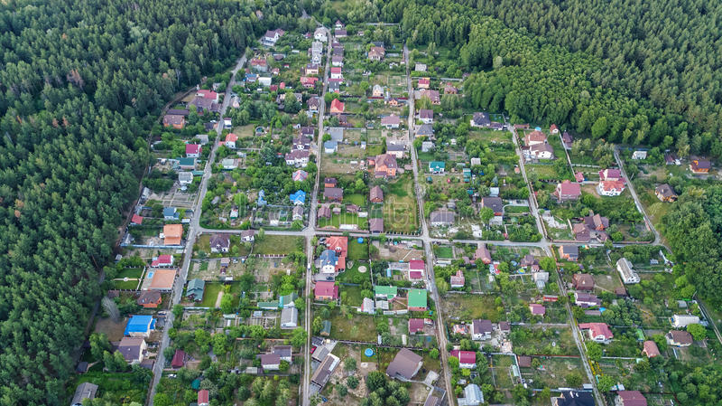 Vista superior aérea de las casas de verano del área residencial en bosque desde arriba, propiedades inmobiliarias del campo y pu imagen de archivo