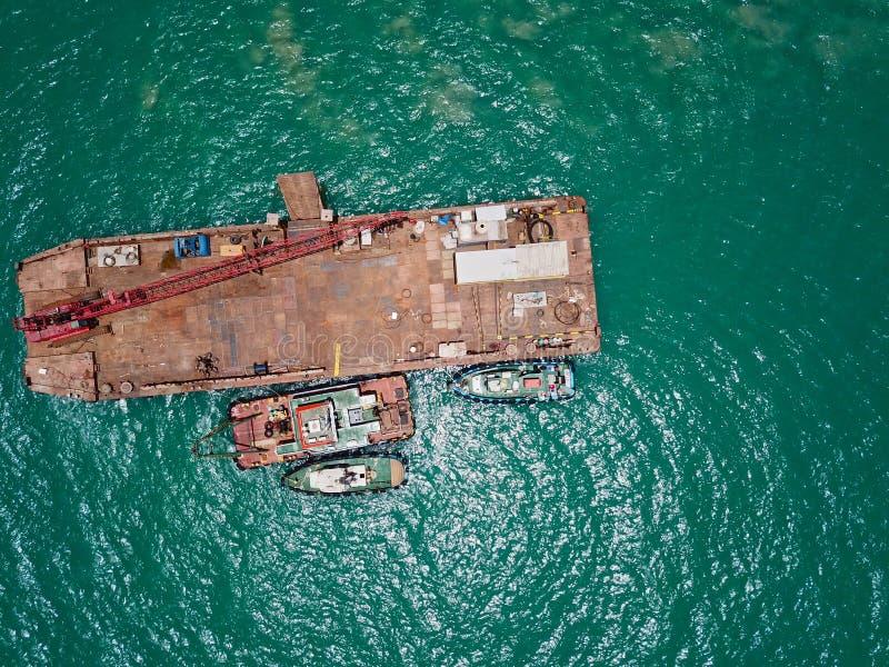 Vista superior aérea de uma barca que flutua no mar com os botes ancorados a ele foto de stock