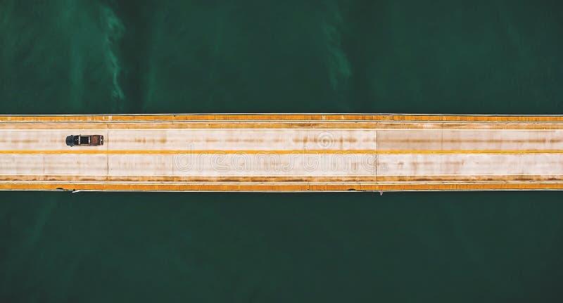 Vista superior aérea de uma ponte longa da estrada acima de um rio imagens de stock