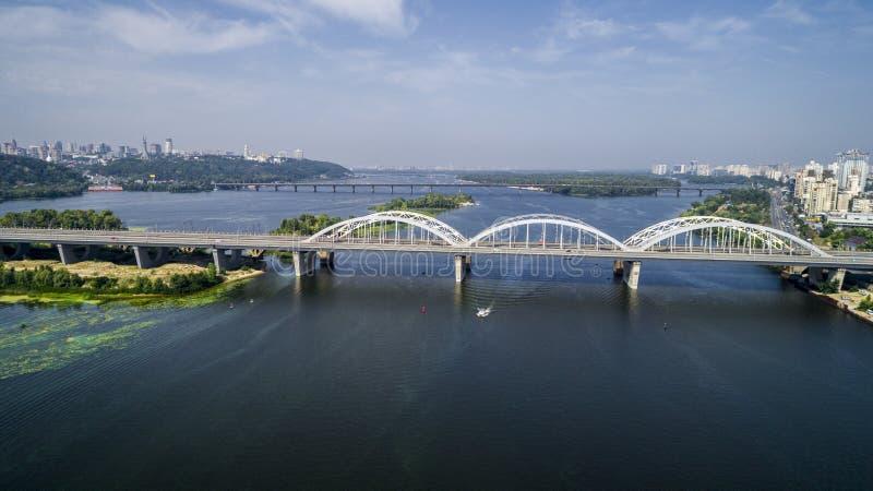 Vista superior aérea del puente de Darnitsky del automóvil y del ferrocarril a través del río de Dnieper desde arriba, horizonte  foto de archivo libre de regalías