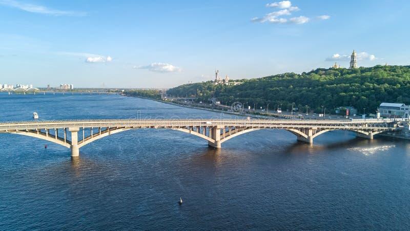 Vista superior aérea del puente ferroviario del metro con el tren y el río de Dnieper desde arriba, ciudad de Kiev, Ucrania imágenes de archivo libres de regalías
