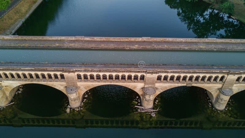 Vista superior aérea del río, del canal du Midi y de puentes desde arriba, ciudad de Beziers en Francia del sur fotografía de archivo